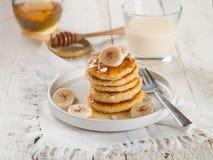 酸奶干酪薄煎饼用蜂蜜 图库摄影