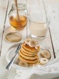 酸奶干酪薄煎饼用蜂蜜 免版税库存照片