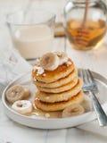 酸奶干酪薄煎饼用蜂蜜 免版税库存图片