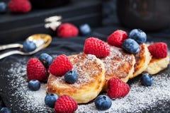 酸奶干酪薄煎饼装饰用新鲜的莓果 库存图片