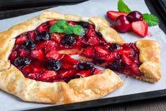 酸奶干酪面团galette用草莓和樱桃,水平 图库摄影