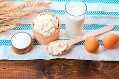 酸奶干酪,杯牛奶,两个鸡蛋, 免版税图库摄影