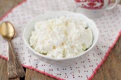 酸奶干酪(夸克、乳脂干酪,凝乳)在一个白色碗 免版税库存照片