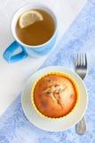 酸奶松饼用葡萄干和绿茶用柠檬 免版税图库摄影