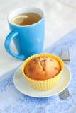 酸奶松饼用葡萄干和绿茶用柠檬 免版税库存照片