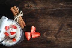 酸奶用新鲜的草莓和樱桃 免版税库存照片