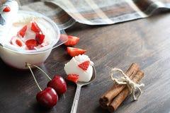 酸奶用新鲜的草莓和樱桃 库存图片