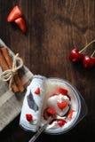酸奶用新鲜的草莓和樱桃 免版税库存图片