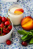 酸奶用桃子、樱桃和薄菏 免版税库存照片