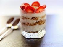酸奶用草莓和格兰诺拉麦片 库存照片