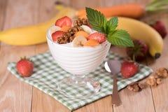 酸奶用草莓和香蕉红萝卜 免版税图库摄影