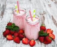 酸奶用草莓 免版税图库摄影