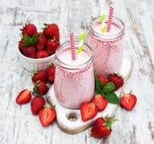 酸奶用草莓 免版税库存照片