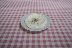 酸奶盘用在餐馆供食的牛至 免版税库存图片