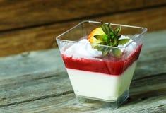 酸奶蛋糕用草莓 免版税图库摄影