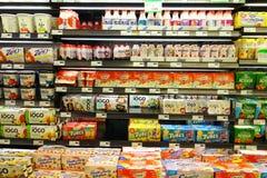 酸奶选择 免版税图库摄影