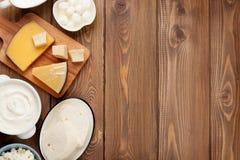 酸性稀奶油、牛奶、乳酪、鸡蛋、酸奶和黄油 免版税库存图片