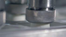 酸性稀奶油生产 倾吐酸性稀奶油的工业机器入空的罐头在现代生产设备 4K 股票录像