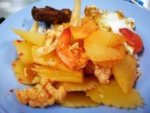 酸汤绿色番木瓜用虾和鸡蛋在油煎的盐 免版税库存图片