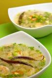 酸热大虾的汤 免版税库存照片
