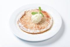 酸的苹果计算机,与冰淇凌的平的苹果饼在白色背景 图库摄影