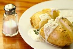酸被烘烤的奶油色的土豆 免版税图库摄影