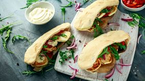 酿蘑菇和halloumi pittas用红辣椒和葱在一个白板 免版税图库摄影