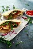 酿蘑菇和halloumi pittas用红辣椒和葱在一个白板 图库摄影