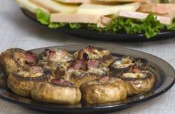 酿蘑菇用火腿和乳酪 免版税图库摄影