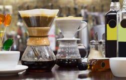 酿造咖啡倾吐在和chemex 图库摄影