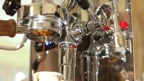 酿造咖啡在家使用一精密不锈的steeel咖啡机器和无底的portafilter 股票录像