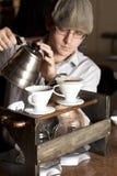 酿造杯子的Barista充分 免版税图库摄影