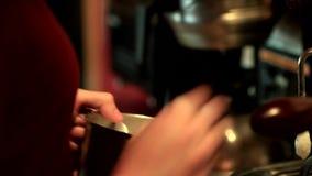 酿造热奶咖啡 影视素材