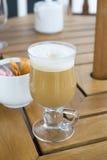 酿造的咖啡馆新近地latte 免版税库存照片