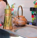 酿造的土耳其咖啡罐 免版税库存图片