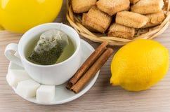 酿造的茶、糖和桂香、柠檬和一种油脂含量较高的酥饼 免版税库存图片