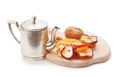 酿造茶和干果的古色古香的水壶 免版税库存照片