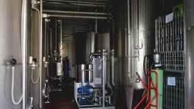 酿酒厂不锈的筒仓室葡萄酒酿造槽坊过程 股票录像