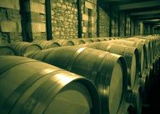 酿酒厂年迈的照片有许多木桶的 库存照片
