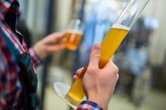 酿酒者测试啤酒 免版税库存照片
