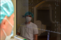 麻醉学者在以前手术室 免版税图库摄影