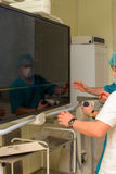 麻醉学者在以前手术室 免版税库存图片