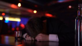 醉酒人说谎不自觉在酒吧,单独战斗的问题,中年危机 股票视频