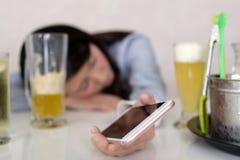 醉酒和沮丧的孤独的妇女 免版税库存照片