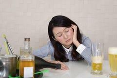 醉酒和沮丧的孤独的妇女 免版税库存图片