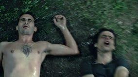 醉酒的人外面在泥和雨中 影视素材