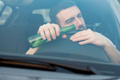 醉酒的人驾驶汽车的和睡着 图库摄影