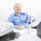 醉酒的商人在办公室 图库摄影