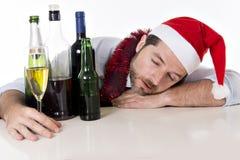 醉酒的商人睡着在圣诞节酒精喝以后 免版税库存图片