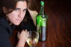 醉酒,沮丧和孤独的美丽的妇女 库存图片